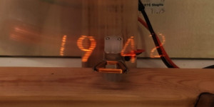 Beitragsbild des Blogbeitrags This pendulum POV clock uses a Nixie tube to plot the time as it swings